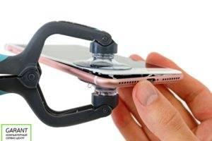 Отсоединяем модуль iPhone 7 от корпуса при помощи присосок