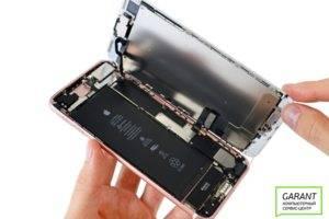 Отсоединяем модуль iPhone 7 от корпуса