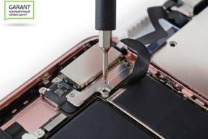Отсоединяем шлейф модуля iPhone 7