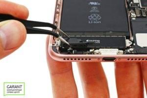 Отсоединяем динамики iPhone 7